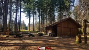 Le Refuge près du donjon du bois des brigands qui propose des tables et des places de grillades