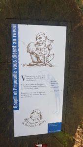 panneaux d'information Goupil et Fripouille près du donjon du bois des brigands