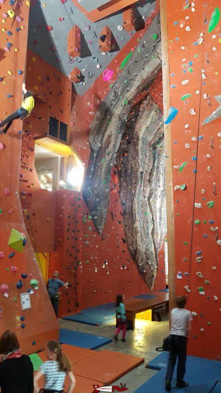 L'intérieur de la salle de grimpe de gecko esclade