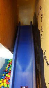 Le toboggan pour les enfants à gecko escalade