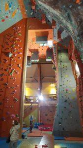Les espaces de grimpe à Gecko Escalade séparés par des demi-cloisons.