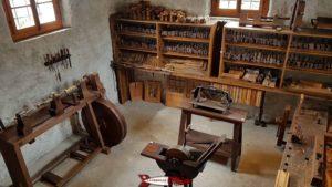 Des outils servant au travail du bois au musée de montreux
