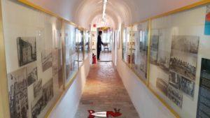 Un couloir au premier étage utilisé pour exposé des photographies au musée de montreux