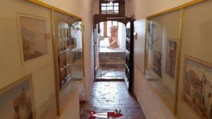 Le couloir du rez exposant des dessins et peintures de Montreux au 19e siècle au musée de montreux