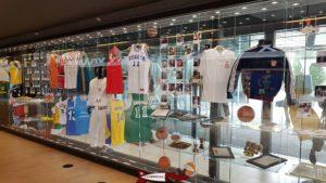 Des maillots de basket exposés au dans la maison du basketball à mies
