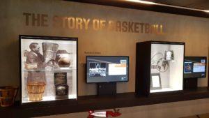 Une vitrine avec des coupes à la maison du basketball à mies