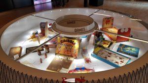Des petites jeux de tables relatif au basketball dans la maison du basketball à mies