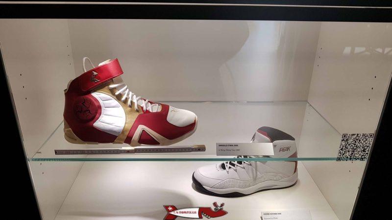 Le chaussures des basketteurs sont particulièrement imprésionnantes par rapport à celles d'une personne normale - maison du Basketball à mies