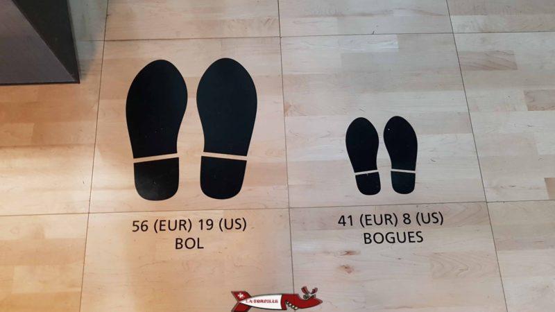 Les pointures des chaussures des basketteurs sont particulièrement imprésionnantes par rapport à celles d'une personne normale - maison du basketball à mies
