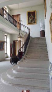Les escaliers menant au 1er étage du musée du château de coppet