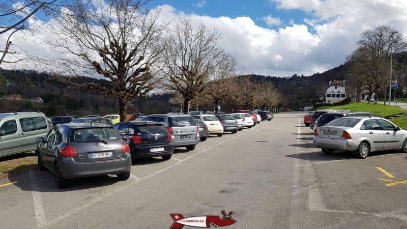 Le parking d'accès aux bâteaux pour aller au saut du Doubs