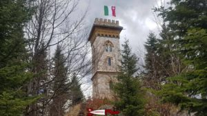 The flag of the canton of Neuchâtel flies at the top of the Jürgensen tower. A small white cross distinguishes it from the Italian flag.