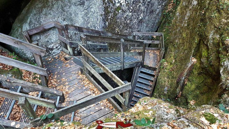 escaliers en bois qui descendent au Temple des Nymphes sur le parcours des Gorges Mystérieuses