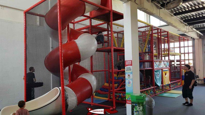 structure d'agilité au rez de la salle de jeux d'urba kids