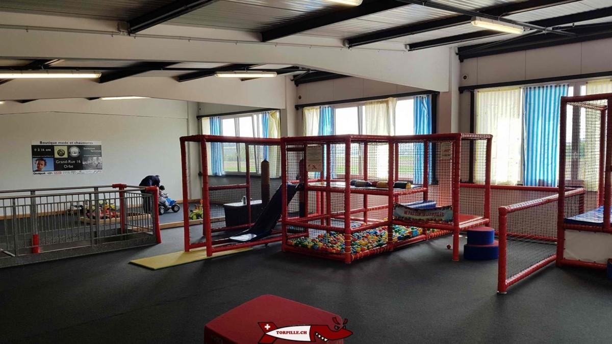 Des structures de jeux pour bébés au premier étage. urba kids orbe