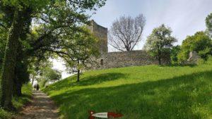 Le château de Saint-MArtin du Chêne en montant depuis le parking.
