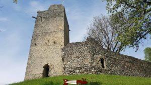 Le château de Saint-Martin du chêne vu depuis en-dessous.