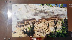 plaque d'information sur la population ayant habité sous les falaises en face du château de Saint-Martin du Chêne dès 3'000 ans avant JC, au néolithique