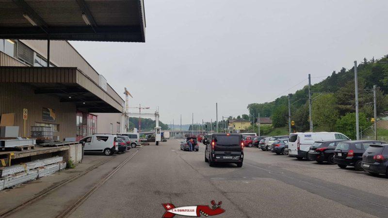 Les places de parking pour la salle de grimpe de Bloczone sur la droite.