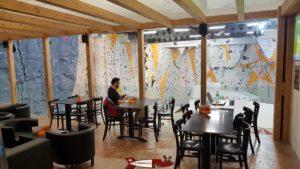 Les tables de la buvette de la salle de grimpe de bloczone