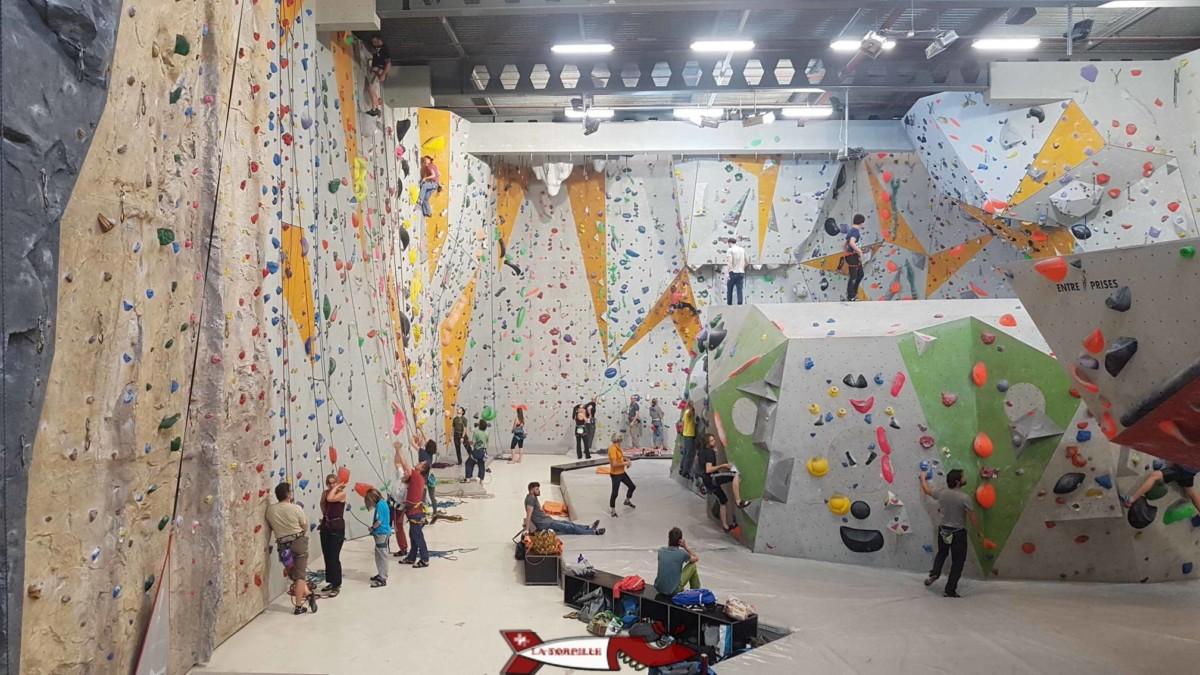 La salle de grimpe de Bloczone depuis la cafeteria.
