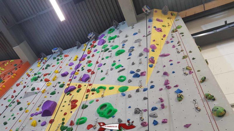 Des enrouleurs au plafond de la salle de grimpe de bloczone
