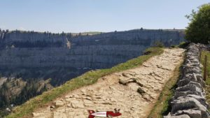 Le chemin à côté de la falaise au creux du van