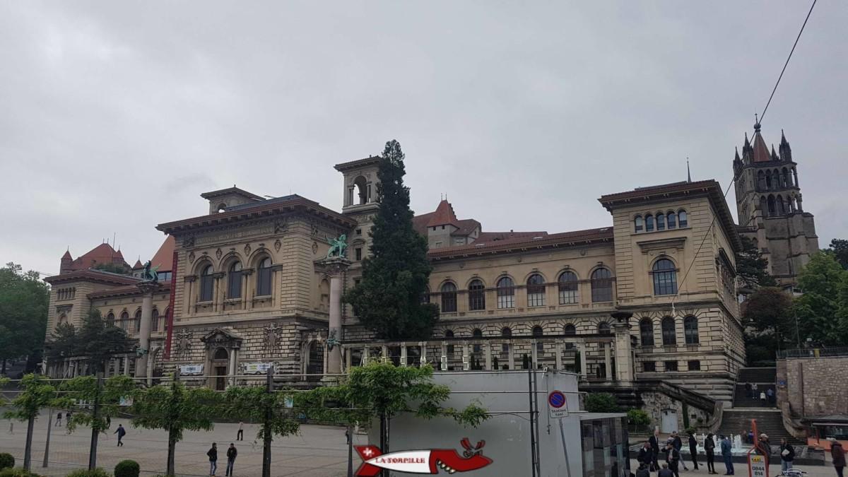 Le palais de Rumine et la place de la Riponne.