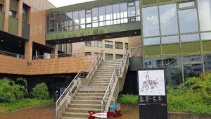 Les escaliers menant au musée Bolo situé dans la bâtiment INF de l'EPFL.
