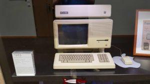 un vieux ordinateur Apple, avec son fameux logo avec la pomme exposé au musée Bolo