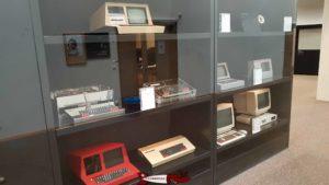 Une armoire exposant des Smaky au musée Bolo