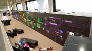 Les couloirs de présentation avec les objets exposés dans les vitrines au musée Bolo