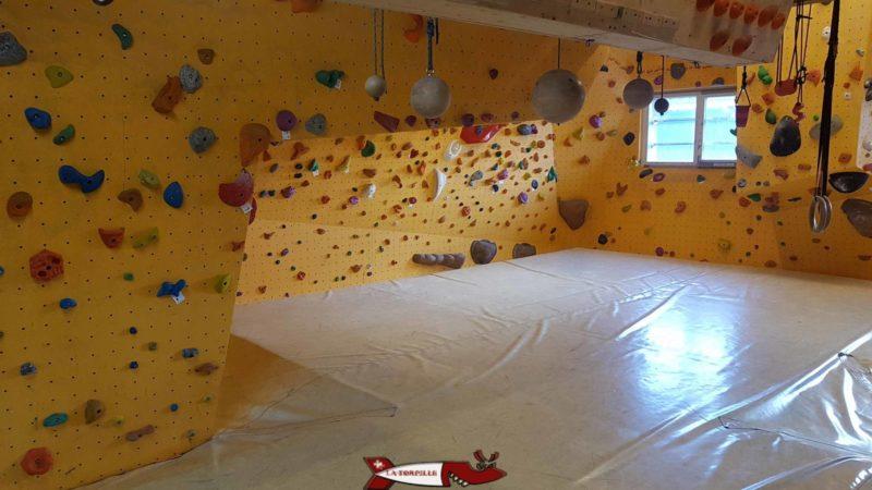 La salle du bloc du mur d'escalade de Chavornay
