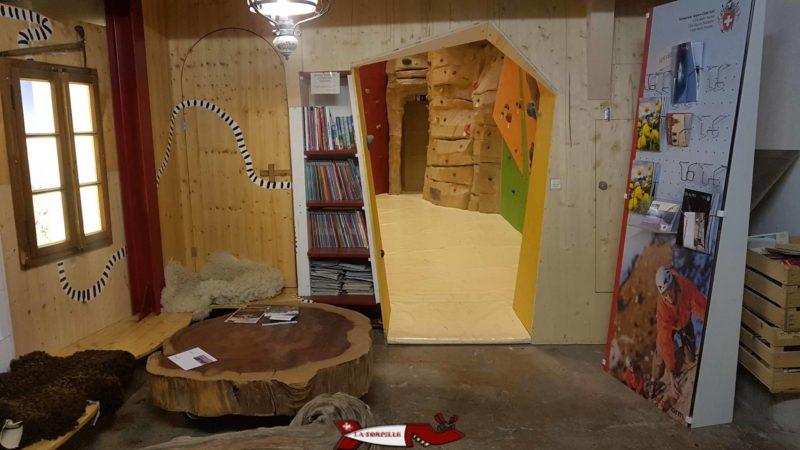 l'espace lecture au sous-sol du mur d'escalade de chavornay