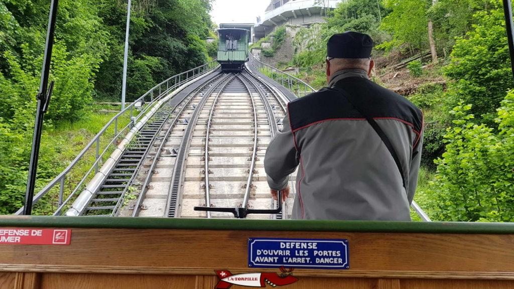 Le funiculaire de Fribourg n'est pas automatisé, il est conduit part une chauffeur.