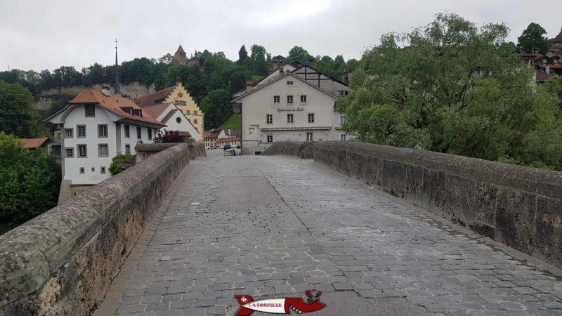 Le pont du Milieu se trouve juste à côté du musée de la marionnette