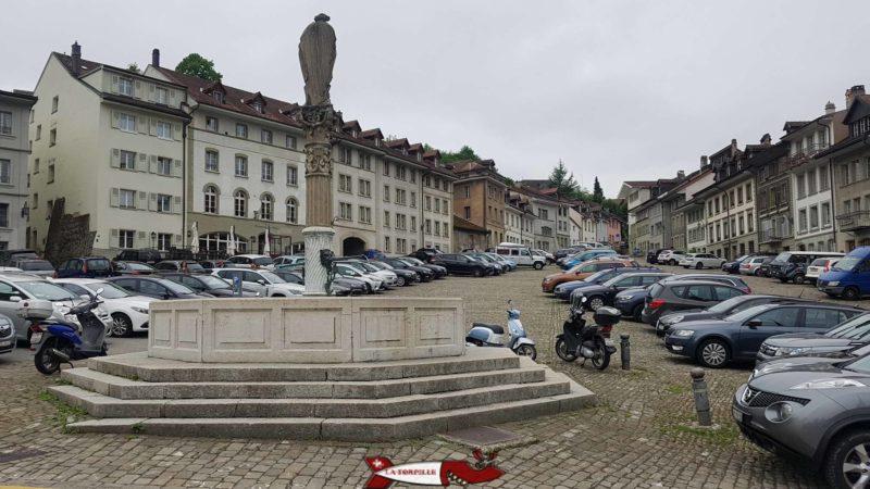 Le parking de Planche-Supérieure avec la fontaine de Saint-Jean.