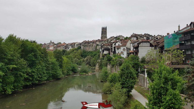 La cathédrale de Fribourg entourée par les maisons du quartier du Bourg.