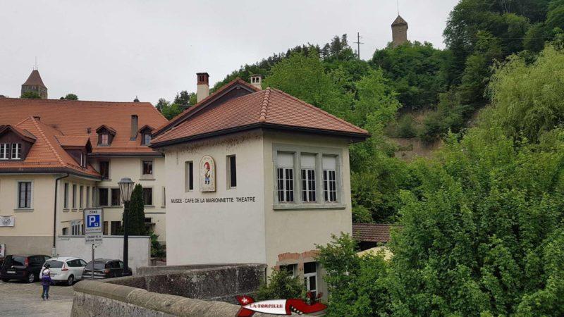Le musée de la marionette et deux tours des remparts de Fribourg. Sur la gauche la Tour Rouge et sur la droite, la Tour Dürrenbühl.