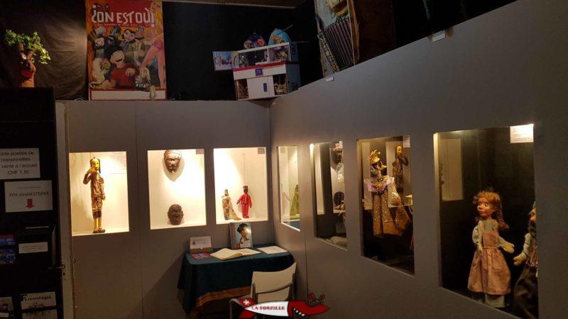 Une vitrine exposant des marionettes.