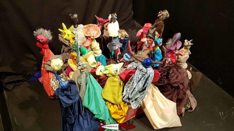 Les marionettes à disposition pour jouer.