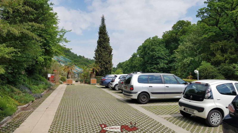Le parking du jardin botanique de Neuchâtel se trouve juste au-dessus de celui-ci.
