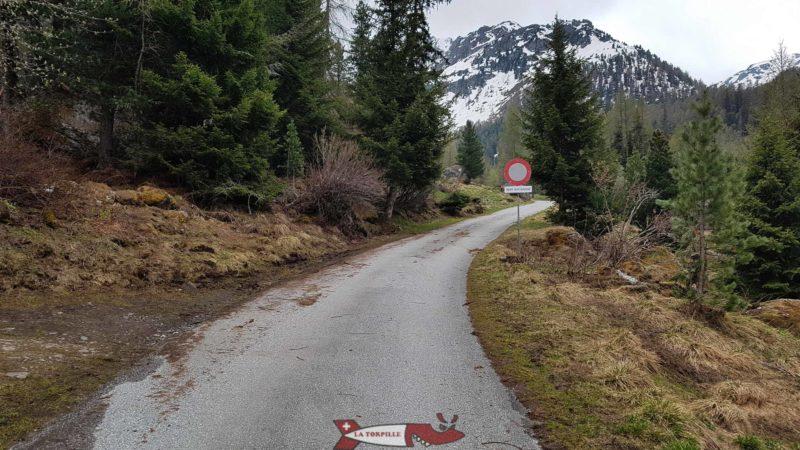 L'accès en voiture pour aller au barrage de cleuson est possible jusqu'au panneau interdit de circuler
