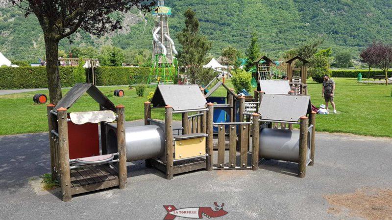 Éléments de place de jeux au labyrinthe aventure evionnaz