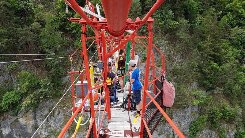 La zone de départ du saut à l'élastique depuis le milieu du pont.