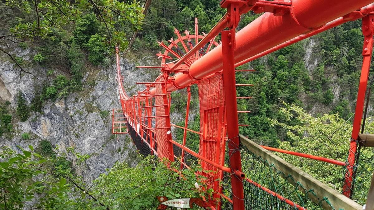 Le pont suspendu de Niouc qui sert de plateforme au saut à l'élastique.