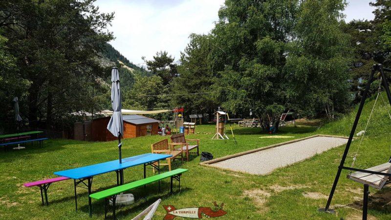 La place de jeux à côté du pont suspendu de Niouc