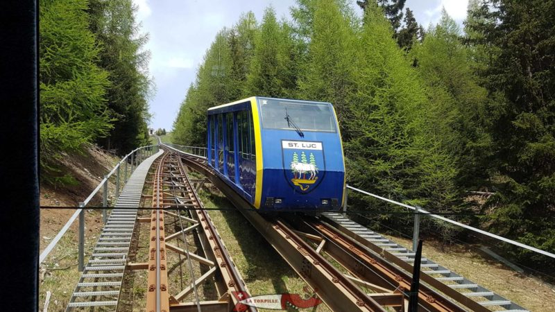 The car ascending the Saint-Luc funicular crossing the descending one.