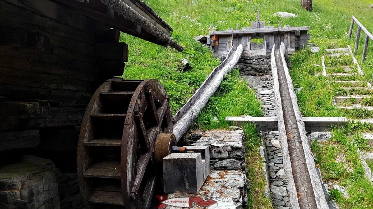 Les moulins de St-Luc dans le val d'Anniviers. L'eau est canalisée dans un demi tronc évidé pour faire tourner la roue à aube du moulin.