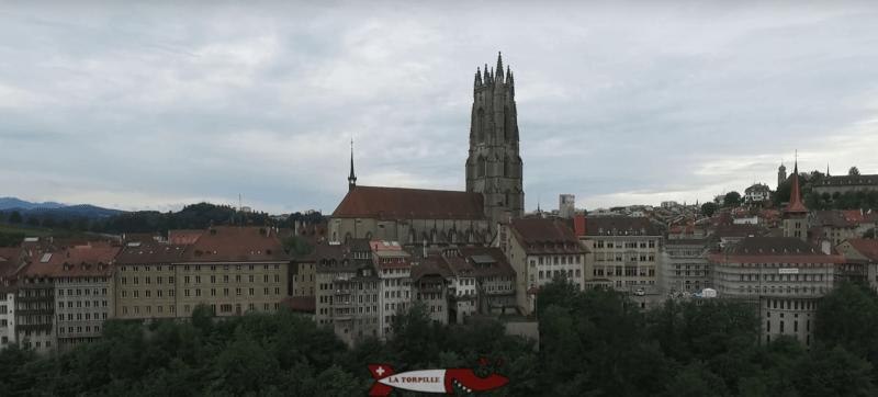 La cathédrale de Fribourg avec la vieille ville